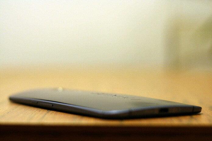 Motorola Nexus 6 - odklejająca się klapka tylna