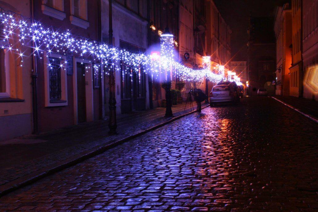 Gwiazdki wokół lamp na ulicy